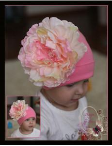 Шапка для девочек розового цвета с пионом